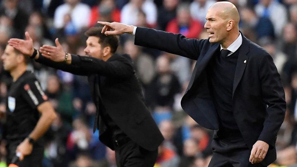 Zinedine Zidane, junto a Simeone en el partido de Liga de esta...