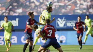 Jorge Molina remata de cabeza ante varios defensas de Osasuna.