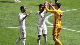 Los jugadores del Real Madrid, Ramos, Courtois y Casemiro celebran la...