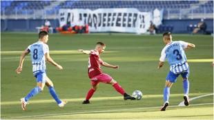 Kecojevic, con el balón, entre Adrián González y Diego González,...