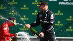 Bottas, celebrando su victoria ayer en Austria.