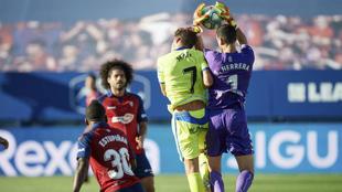 Sergio Herrera atrapa la pelota en pugna con Jaime Mata.