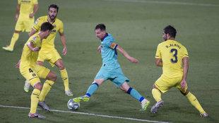 Messi rodeado de jugadores del Villarreal.