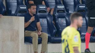 Javi Calleja sentado en el banquillo en el duelo ante el Barcelona.