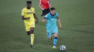 Leo Messi conduce la pelota en el partido disputado en El Madrigal.