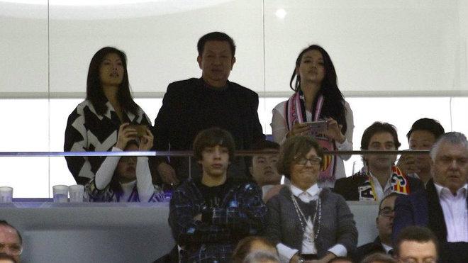 Kim, hija de Peter Lim, en el palco de Mestalla en una partido.