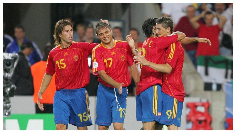 Sergio Ramos, Joaquín, Raúl y Torres celebran el 3-1 a Túnez en...