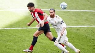 Raúl García y Sergio Ramos en el partido correspondiente a la 34ª...