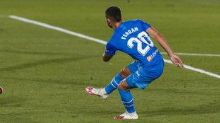 Ferran lanza a portería en el partido ante el Real Madrid en...