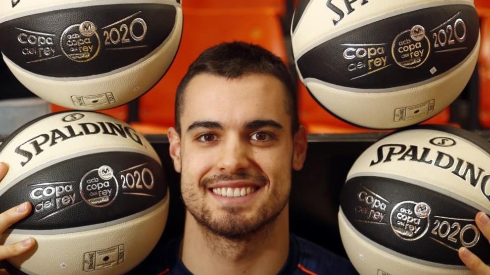 Alberto Abalde posa para MARCA con cuatro balones en un reportaje...