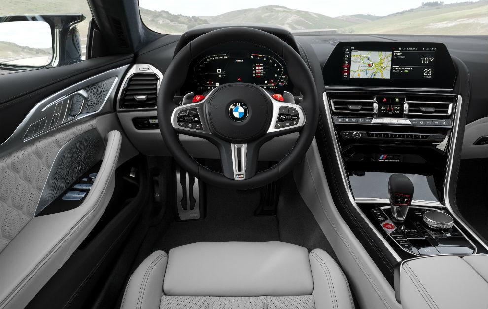 En el puesto del conductor, Live Cockpit Profressional con asistente personal inteligente.