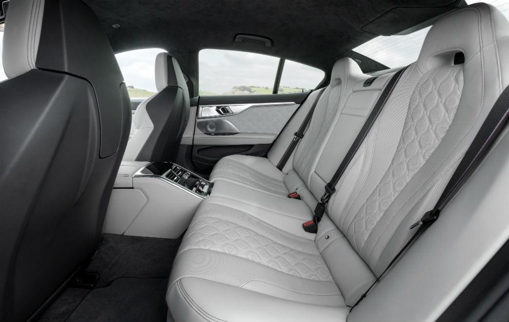Con amplio espacio para las piernas y tercer asiento disponible para trayectos cortos.