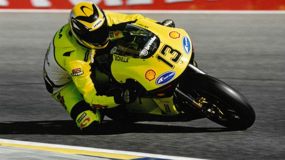 """""""Una moto amarilla y con el número 13"""""""