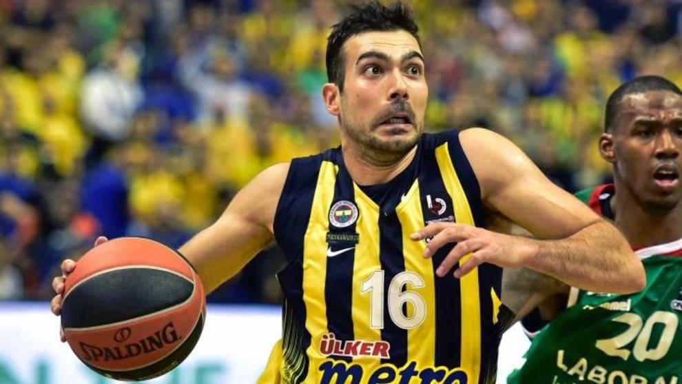 Sloukas inicia una penetración a canasta en un partido de Euroliga.