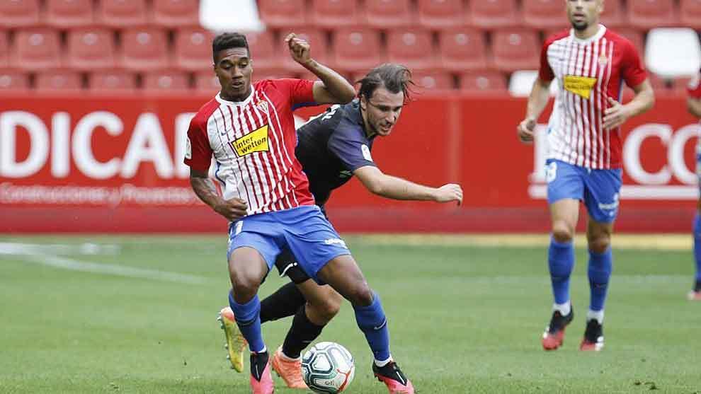 Murilo controla el balón ante la presión de Ignasi Miquel