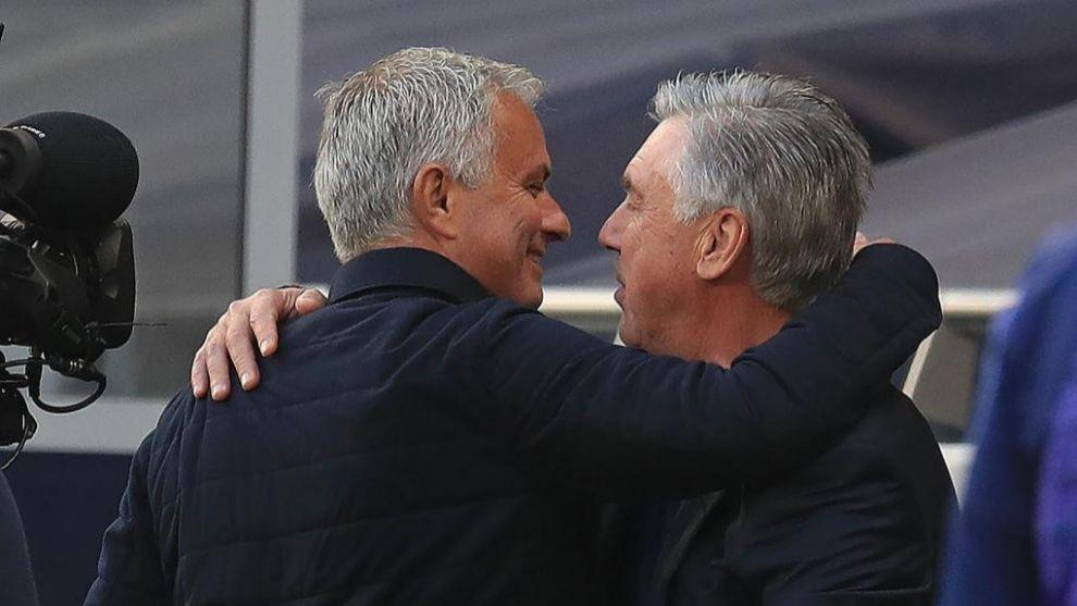 Mourinho se abraza a Ancelotti antes de la disputa del partido.