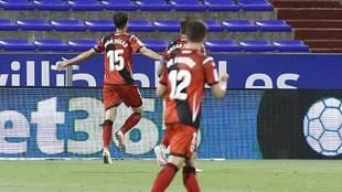 Juan Villar celebra uno de sus dos goles en La Romareda