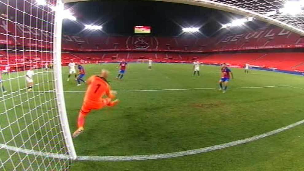 Dmitrovic evita el gol de Suso