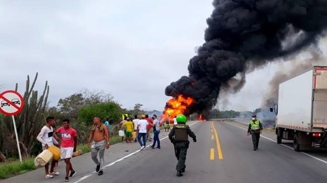 Un camión cargado de combustible explota y provoca siete muertes ...
