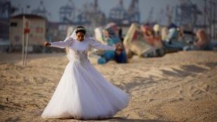 Una novia caminando por el mar mediterráneo en medio de la pandemia...