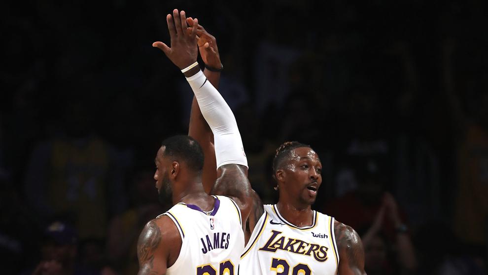 Howard y Lebron durante un partido con los Lakers