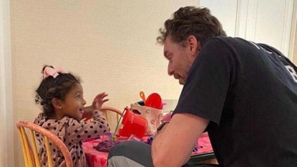 Pau, con la hija pequeña de Kobe