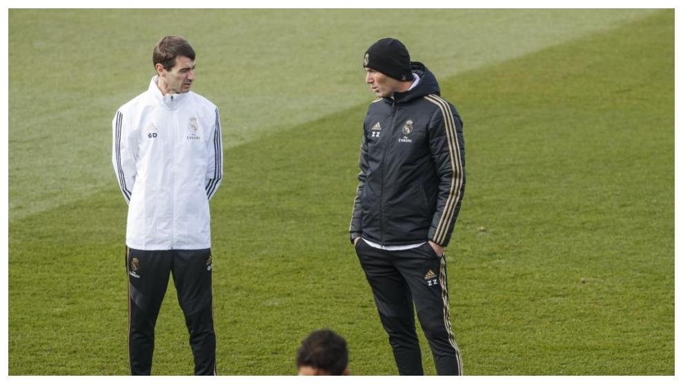 Dupont y Zidane, hablando durante un entrenamiento del Real Madrid en...