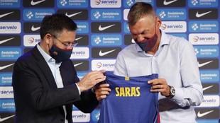 Josep María Bartomeu, junto a Sarunas Jasikevicius, en la...