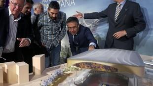 Josep María Bartomeu muestra a Juan Carlos Navarro en 2016 el...