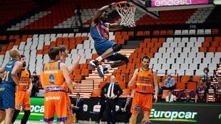Michael Eric hace un mate en el partido ante el Valencia Basket en la...