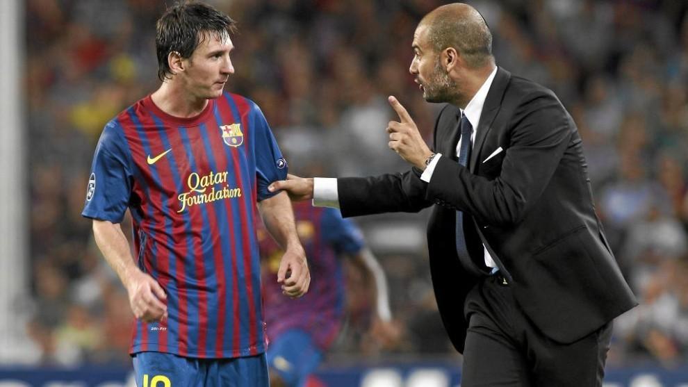 Guardiola da instrucciones a Messi, durante un encuentro.