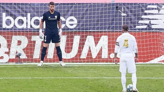 Sergio Ramos mira a Unai Simón antes de decidir hacia dónde va a...
