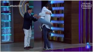 Captura del programa Masterchef con la ganadora, Ana, felicitada por...