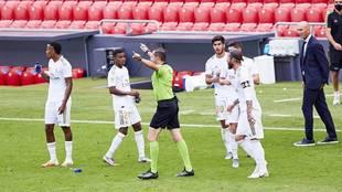 El árbitro fue uno de los protagonistas del partido disputado en el...