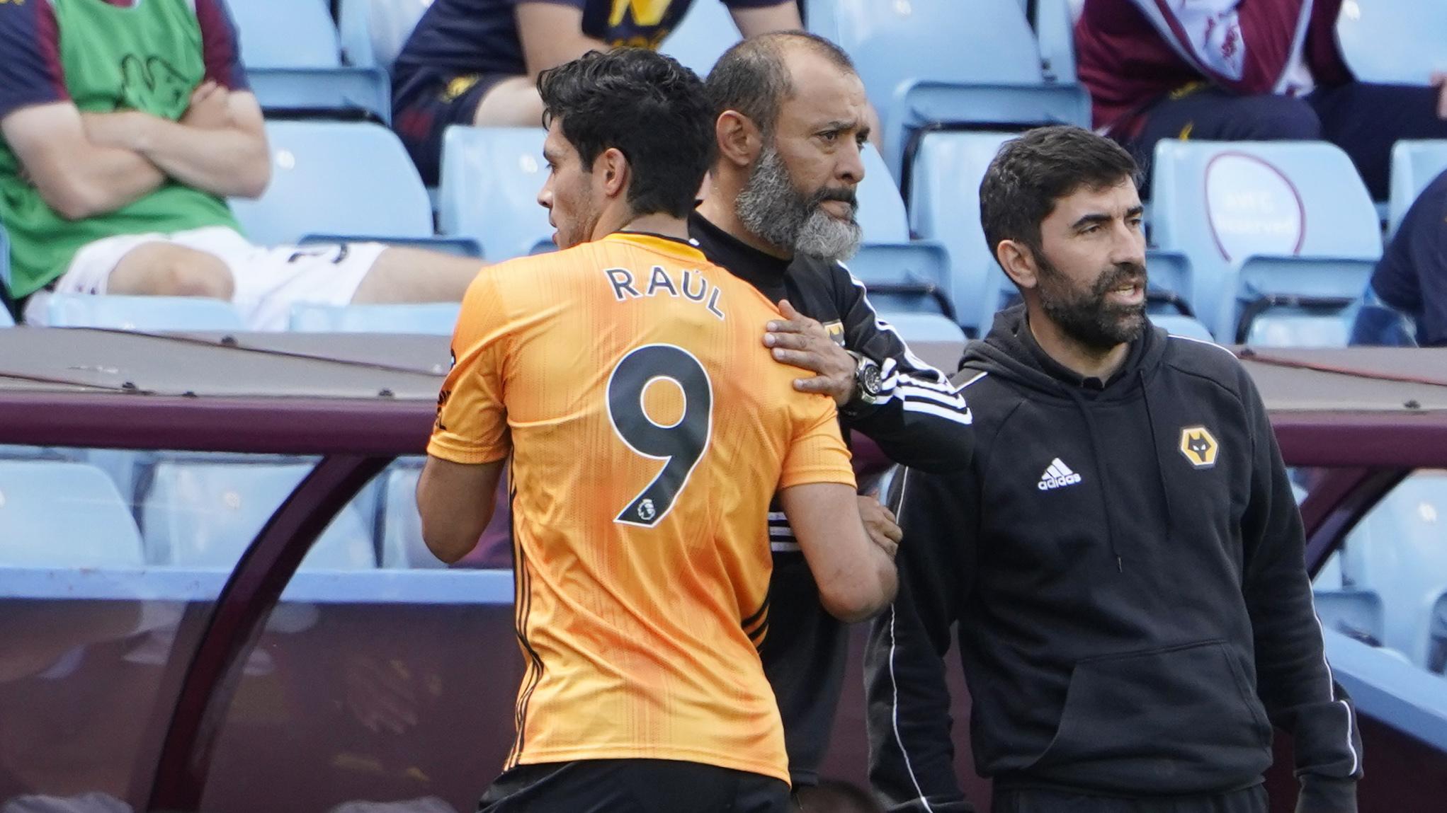 Jiménez y Nuno se saludan tras un cambio en el partido ante el Aston...