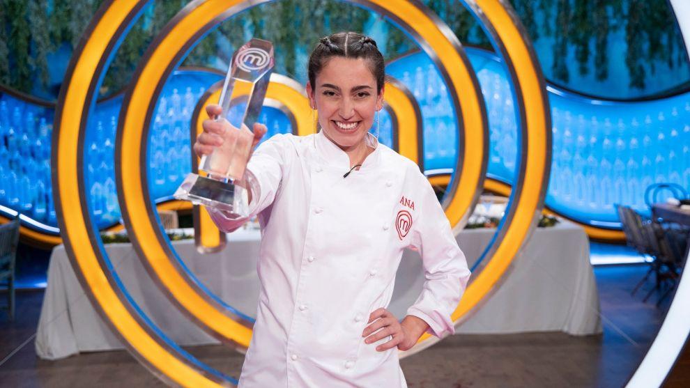 Ana Iglesias con su trofeo como ganadora de Masterchef