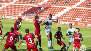 Jonathas y Sergio González saltan para hacerse con  el balón, en un...