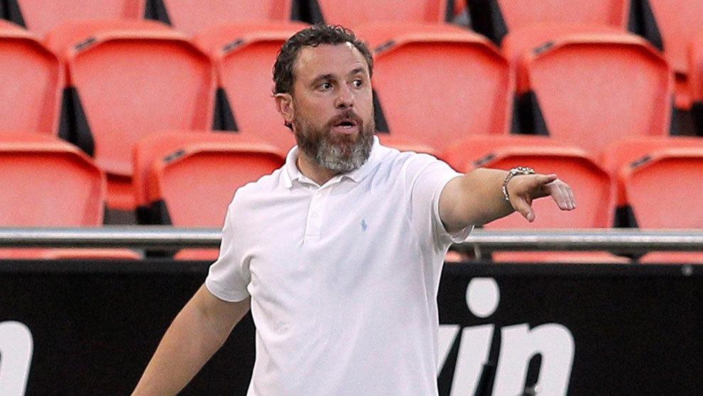 Sergio González da instrucciones en Mestalla