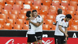 Maxi Gómez celebra con Kangin el 2-1 al Valladolid.