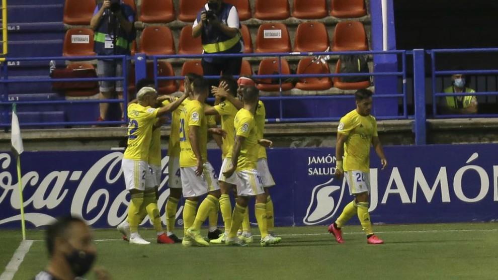 Los jugadores del Cádiz abrazan al Choco Lozano para celebrar el...