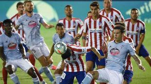 Los jugadores del Celta y del Atlético pugnan por la pelota en el...