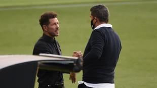 Óscar saluda a Simeone ante del Celta-Atlético.