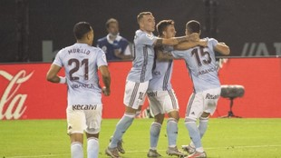 Los jugadores del Celta celebran el gol de Fran Beltrán.