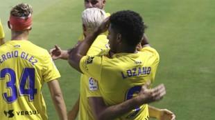 Los jugadores el Cádiz abrazan al Choco Lozano tras marcar su gol al...