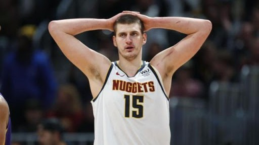 Nikola Jokic hace un gesto de decepción en un partido de los Nuggets.