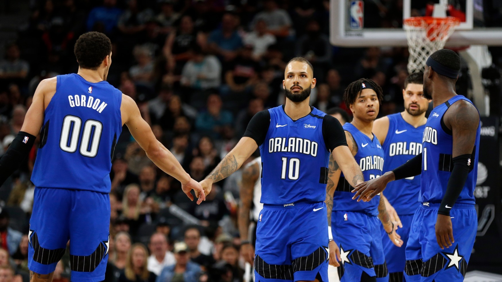 Los jugadores de los Magic se saludan durante un encuentro.