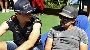 MAx Verstappen habla con Fernando Alonso.