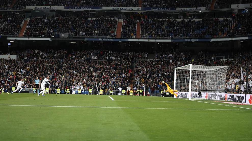 Sergio Ramos anotando un penalti frente al Celta de Vigo en el Bernabéu.