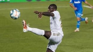 Mendy controla en escorzo en el partido ante el Valencia