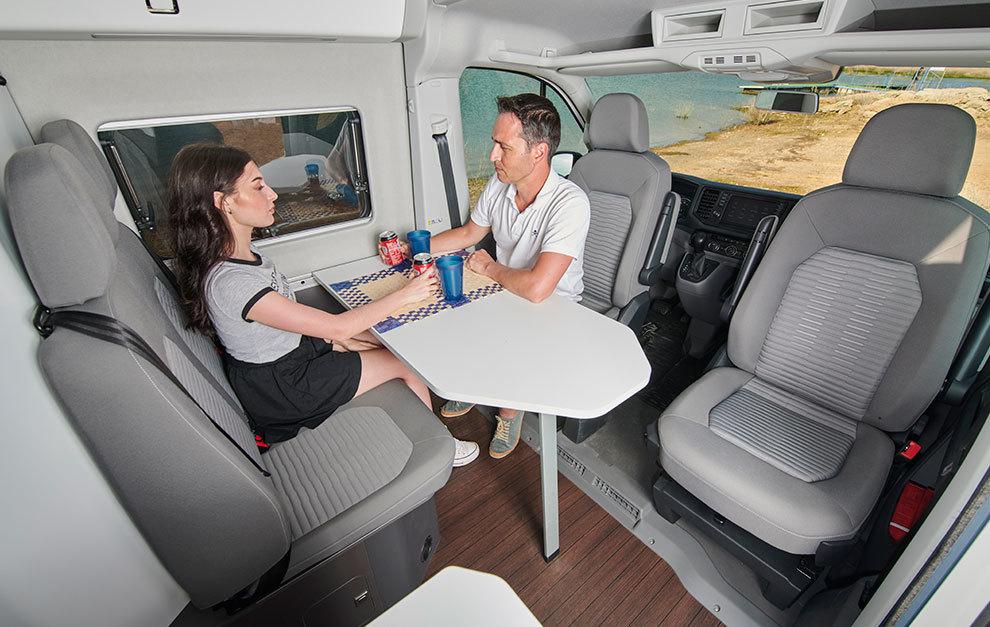 En la sala de estar del Grand California hay espacio para cuatro pasajeros.
